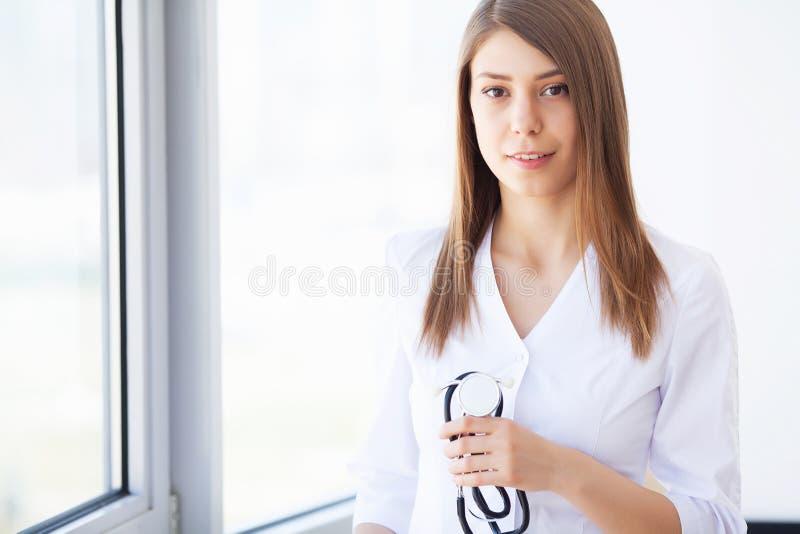 Medycyna M?oda kobiety lekarka w nowo?ytnej klinice zdjęcia stock