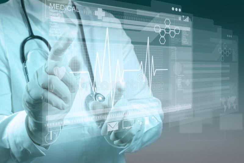 Medycyny doktorski działanie z nowożytnym komputerem obraz stock