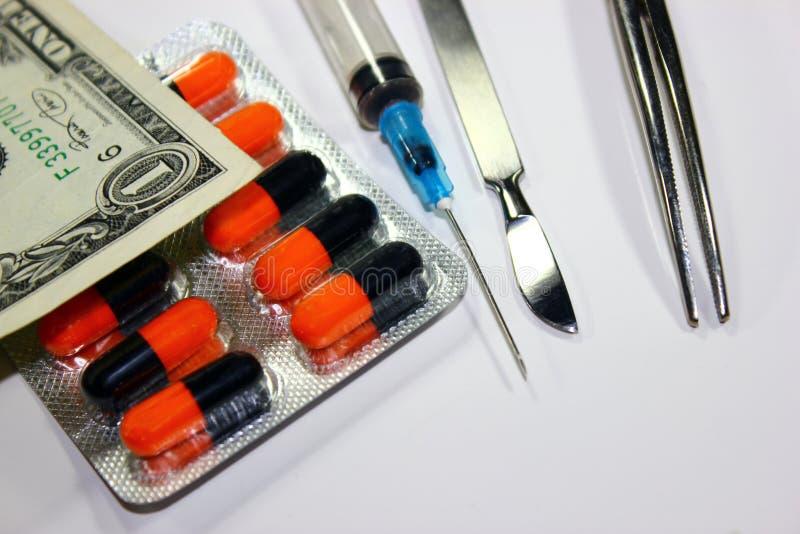 Medycyny i medyczni instrumenty jak konceptualny opłacona medycyna zdjęcie royalty free