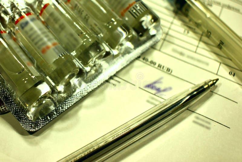 Medycyny i medyczni instrumenty jak konceptualny opłacona medycyna zdjęcia royalty free