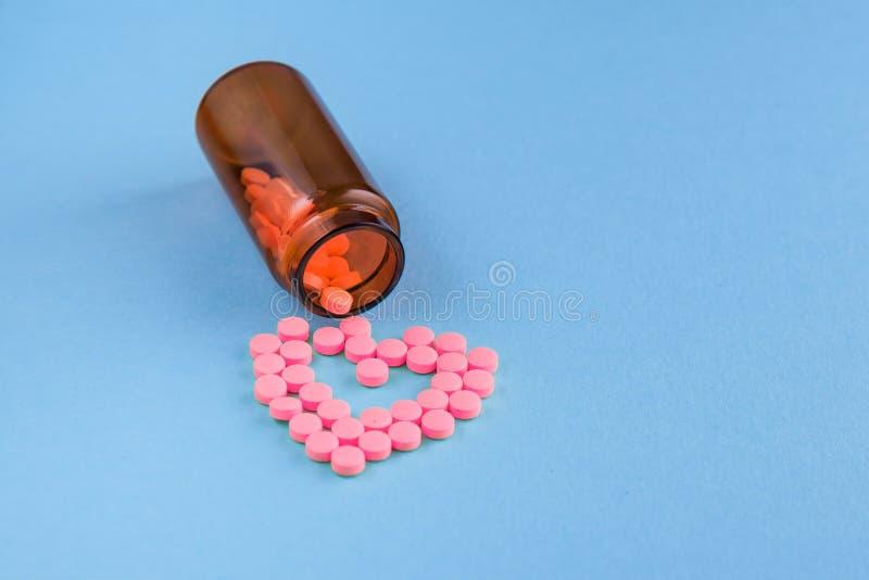 Medycyny i pigu?ki na b??kitnym tle zdjęcie stock