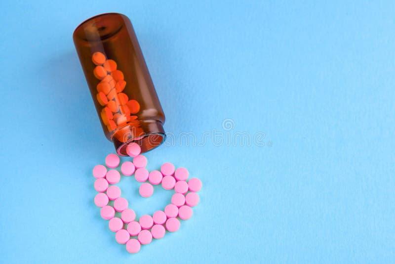 Medycyny i pigu?ki na b??kitnym tle zdjęcia royalty free