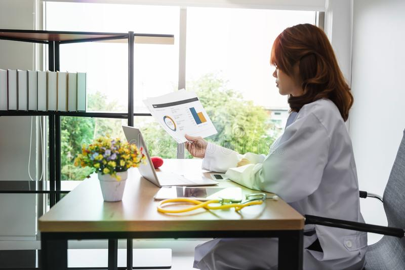 Medycyny kobiety młoda Azjatycka lekarka pracuje z laptopem na miejsce pracy szpitalny biuro obrazy royalty free