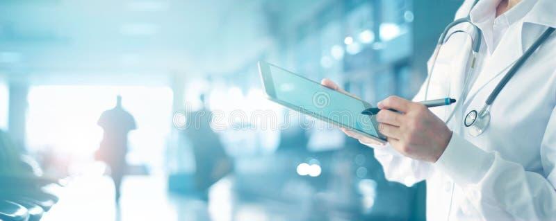 Medycyny lekarka dotyka medycznej informaci sieć z stetoskopem zdjęcia royalty free