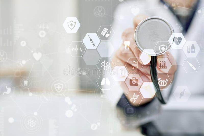 Medycyny lekarka używa nowożytnego komputerowego wirtualnego ekranu interfejs, medyczny technologii sieci pojęcie EHP, EMR zdjęcie royalty free