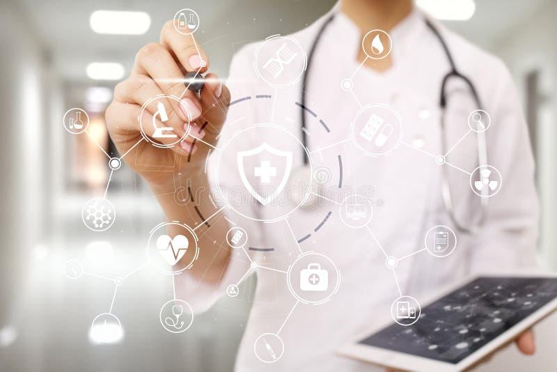 Medycyny lekarka z nowożytnym komputerem, wirtualnego ekranu interfejsem i ikony sieci medycznym związkiem, tło zamazywał opieki  obraz stock