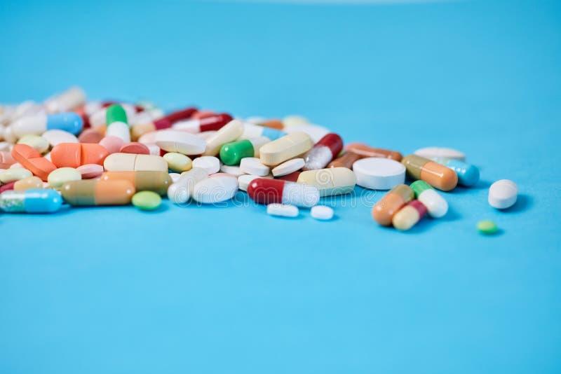 Medycyny lekarstwo przeciw b??kitnemu t?u zdjęcie stock