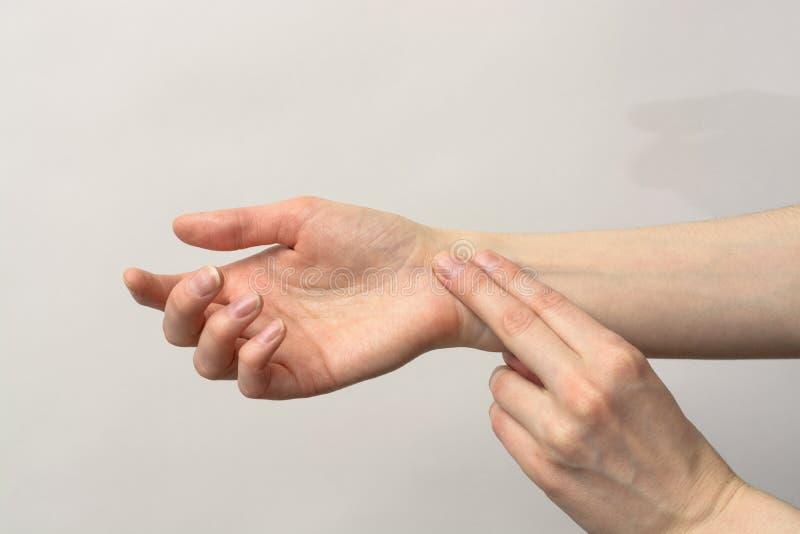 Medycyny opieka zdrowotna Żeńska ręka sprawdza puls na nadgarstku fotografia stock
