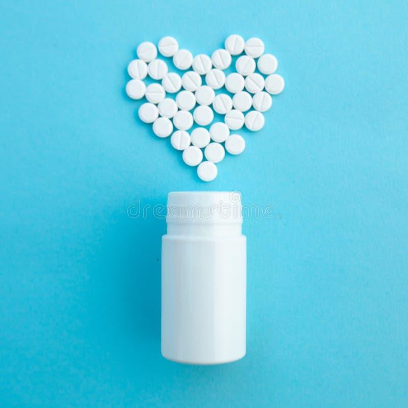 Medycyny, opieki zdrowotnej i apteki pojęcie, - pigułki leki w kształcie serce i obrazy stock