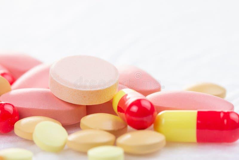 Medycyny pigułka na białej, medycznej pastylki recepcie, apteka lek zdjęcia royalty free