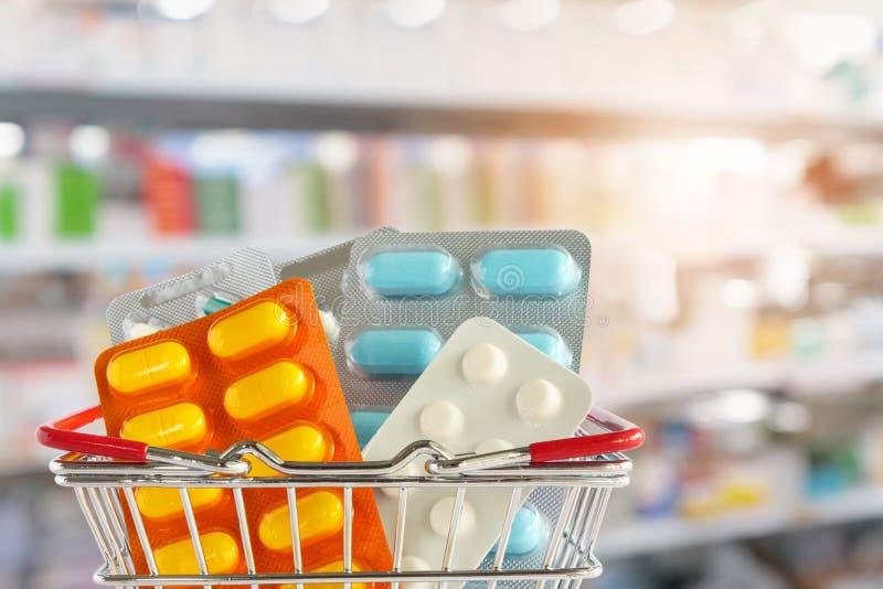 Medycyny pigułki pastylka w zakupy koszu z apteki apteką obraz royalty free