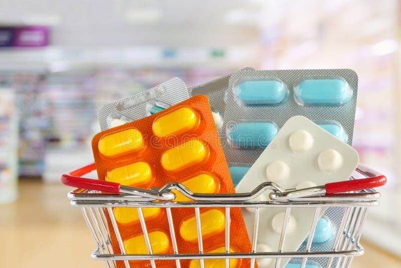 Medycyny pigułki pastylka w zakupy koszu z apteki apteką odkłada zdjęcia royalty free