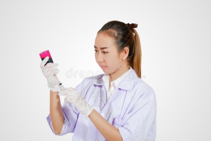 Medyczna gloved ręki mienia strzykawka z czerwonym krwionośnym cieczem i a fotografia royalty free