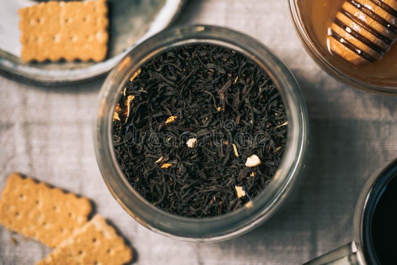Medyczna herbaciana uprawy różnica Filiżanki, miód z łyżką, bisquits, d obrazy stock