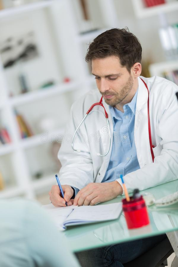 Medyczna lekarz lekarka słucha pacjent i bierze notatki obraz stock