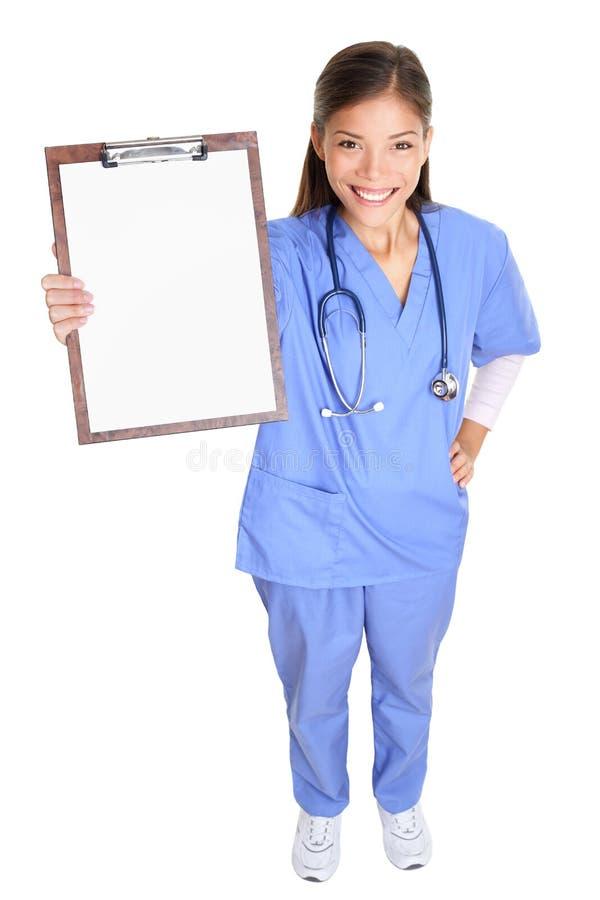 Medyczna pielęgniarki kobieta lub doktorski pokazuje schowek zdjęcie stock