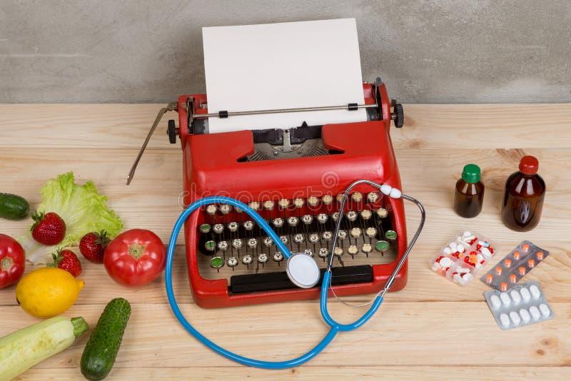 medyczna recepta na maszynie do pisania - wybór między naturalnymi witaminami, warzywa, owoc, jagody, pastylki i pigułki, obrazy stock