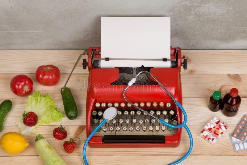 medyczna recepta na maszynie do pisania - wybór między naturalnymi witaminami, warzywa, owoc, jagody, pastylki i pigułki, zdjęcie stock