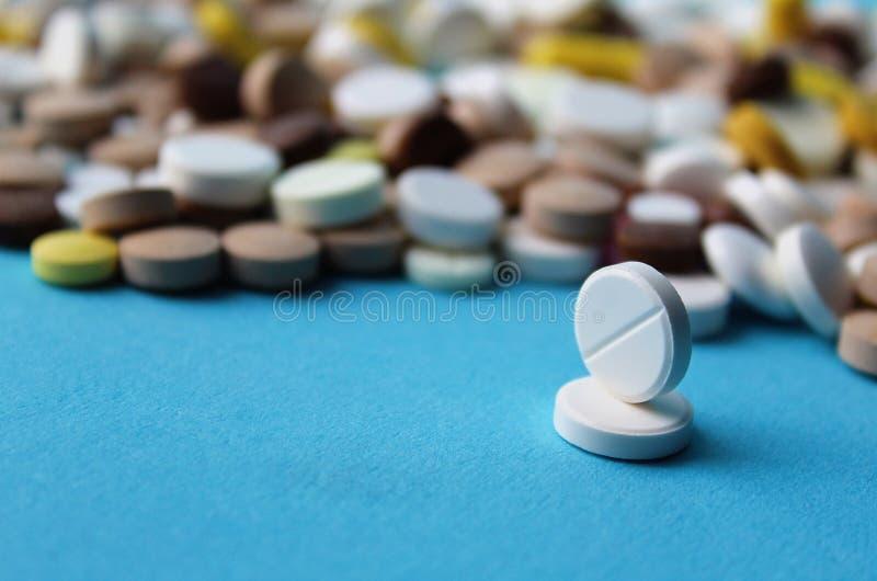 Medyczne białe pigułki dla traktowania choroba zdjęcia stock