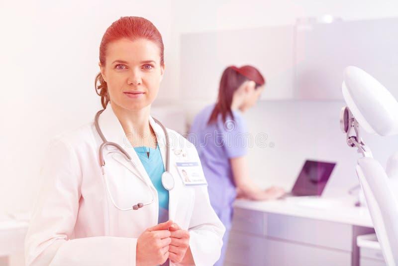 Medyczne ogłoszenie towarzyskie lekarki, pielęgniarki i dentyści podczas różnych procedur z pacjentami, fotografia stock