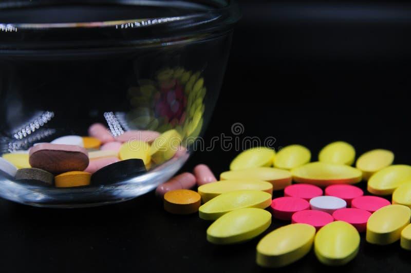 Medyczne pastylki różne na kolorze zdjęcia stock