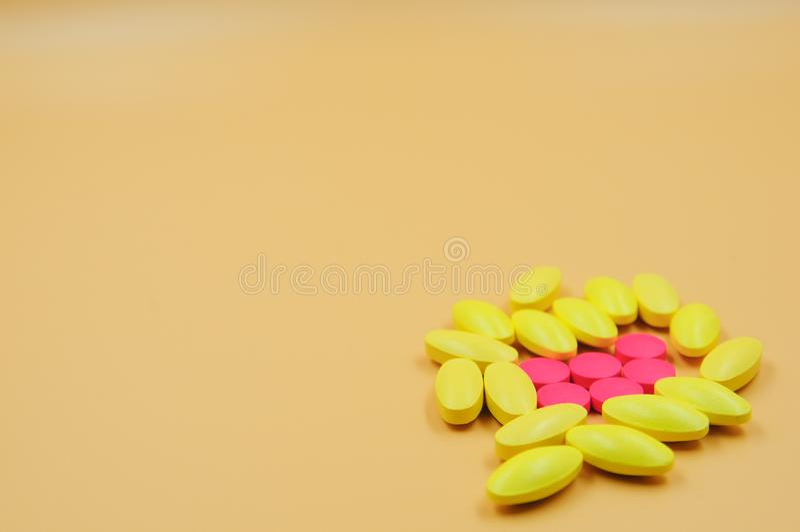 Medyczne pastylki różne na kolorze obraz stock