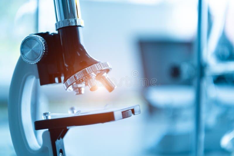 Medycznego laboratorium mikroskop w chemii biologii lab tescie Naukowy i opieki zdrowotnej badanie pojęcie zdjęcia stock