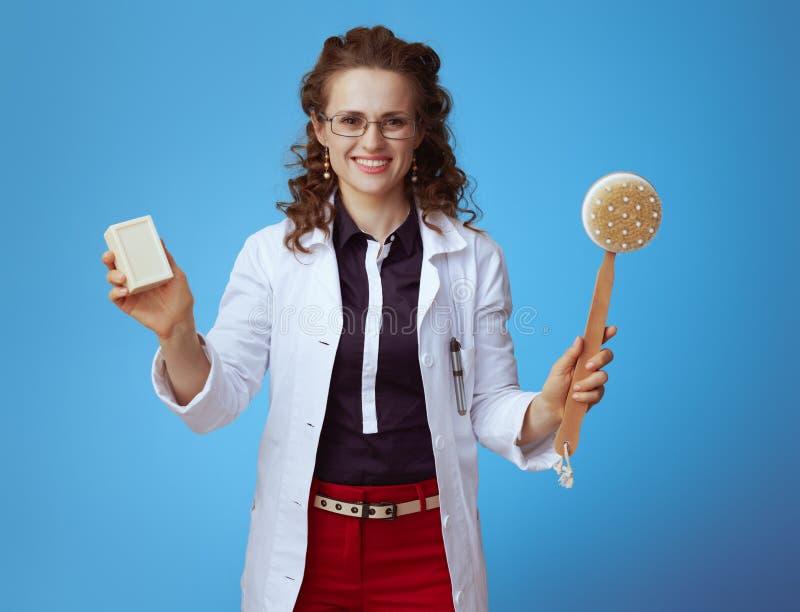 Medycznego lekarza praktykującego kobiety seansu mydła skąpanie i bar szczotkujemy zdjęcia royalty free