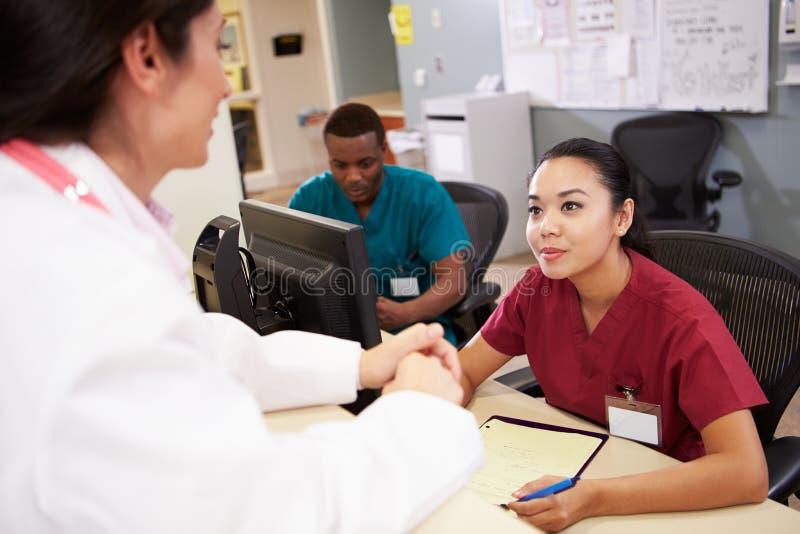 Medycznego personelu spotkanie Przy pielęgniarki stacją zdjęcie stock