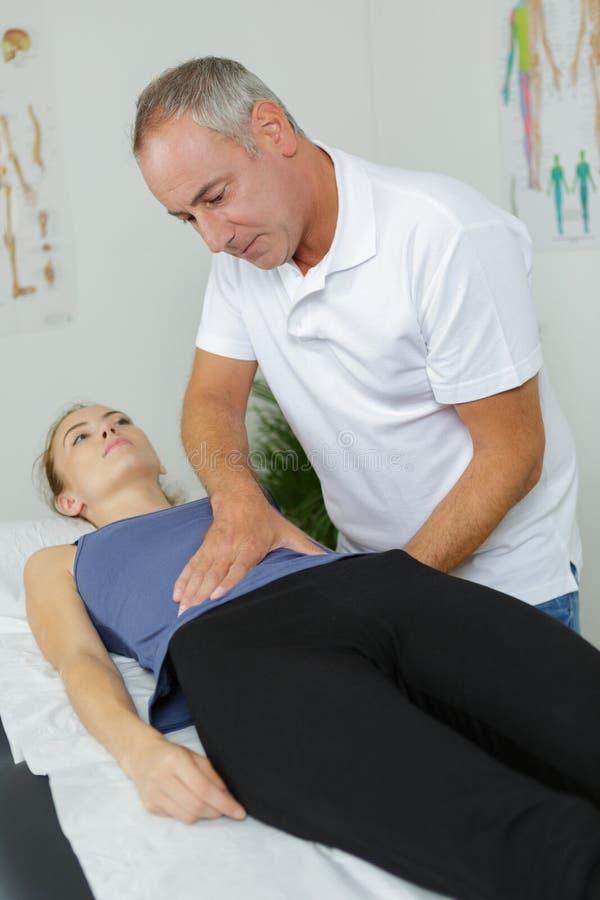 Medycznego pracownika kobiety czuciowy podbrzusze zdjęcie royalty free