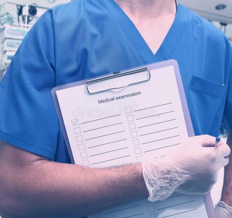 Medycznego pracownika whith schowek w szpitalu fotografia royalty free