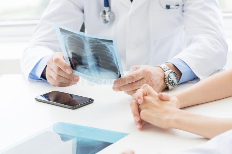 Medyczni koledzy dyskutują promieniowanie rentgenowskie obrazy royalty free