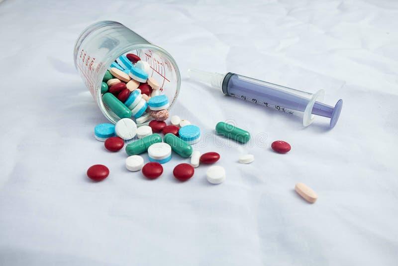 Medyczni lekarstwa i strzykawki obrazy royalty free