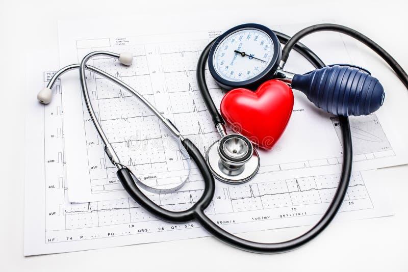 Medyczni narzędzia kłama na ECG fotografia stock
