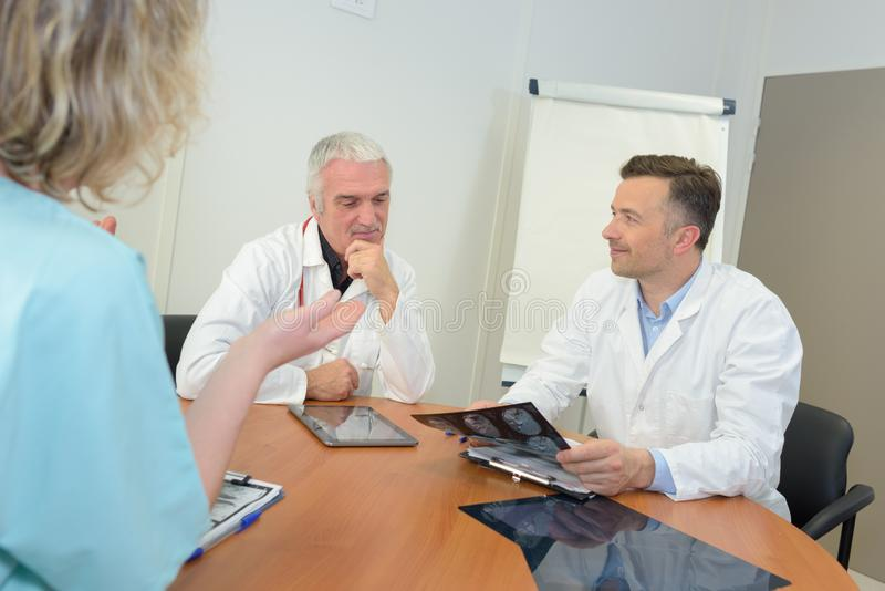 Medyczni pracownicy dicussing xray rezultaty obrazy royalty free