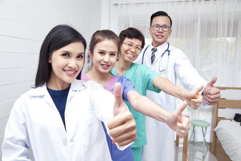 Medyczni pracownicy na ściennym tle obrazy stock