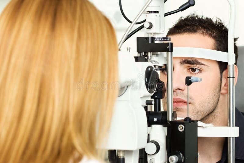 Medyczny asystowanie przy optometrist zdjęcia stock