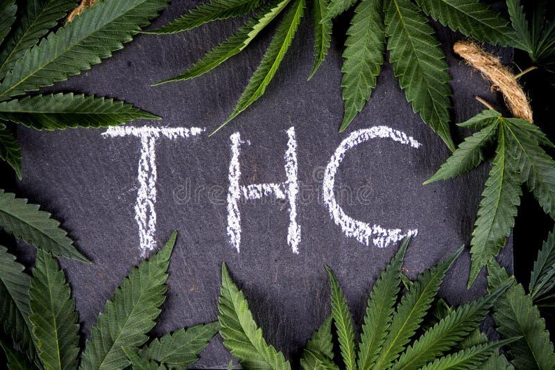 Medyczny marihuany tło z marihuaną opuszcza otokowego THC obrazy stock