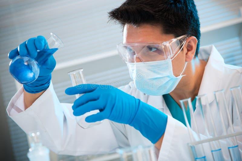 Medyczny naukowiec pracuje w laboratorium fotografia stock