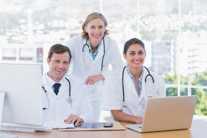 Medyczny personel pracuje na laptopie i komputerze zdjęcie stock