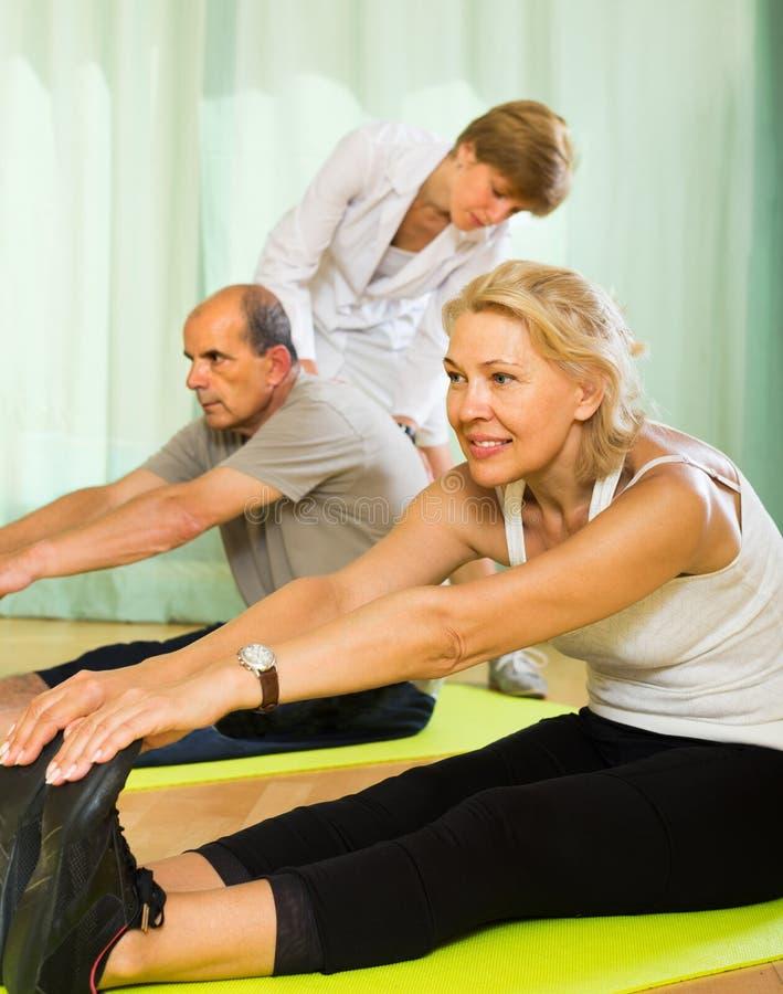 Medyczny personel z starszymi ludźmi przy gym zdjęcie royalty free