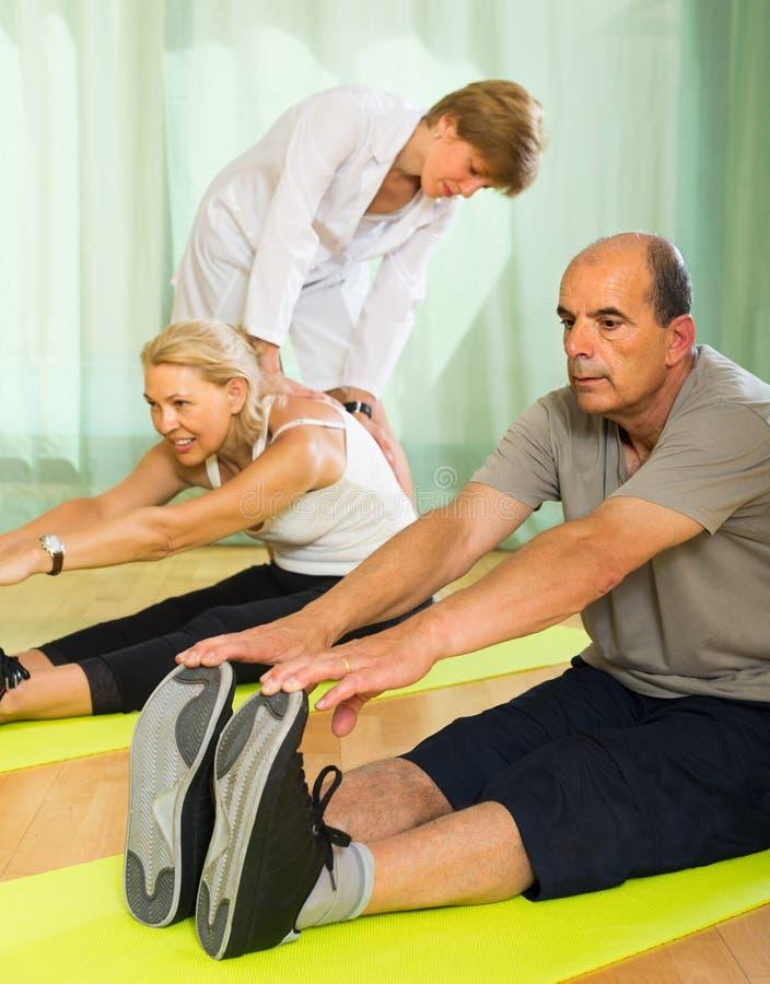 Medyczny personel z starszymi ludźmi przy gym obraz royalty free