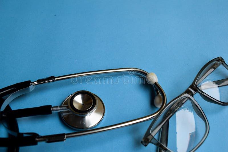 MEDYCZNY pojęcie Stetoskop na doktorskim biurku niebieska tła obrazy royalty free