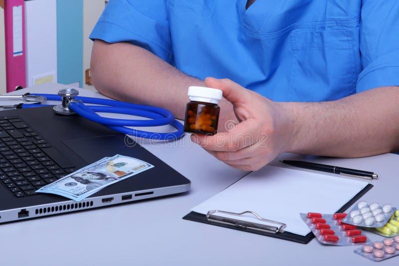 Medyczny poj?cie - zdrowie cena dolary z asortowanymi pigu?kami, kardiograma rx i stetoskopem, zdjęcie stock