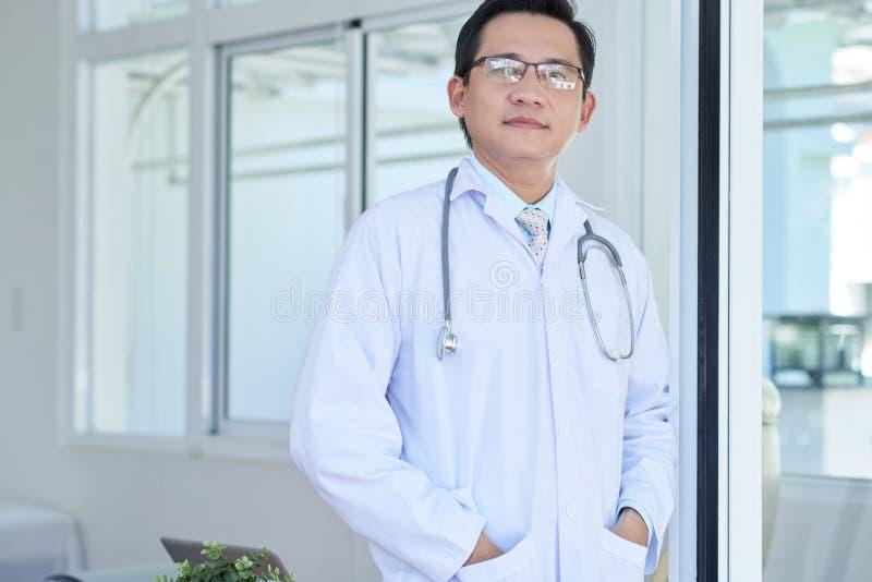 Medyczny profesjonalista przy szpitalem zdjęcia royalty free