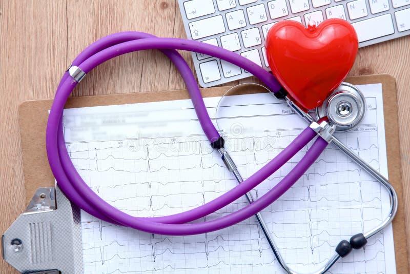 Medyczny stetoskop blisko laptopu na drewnianym obrazy royalty free