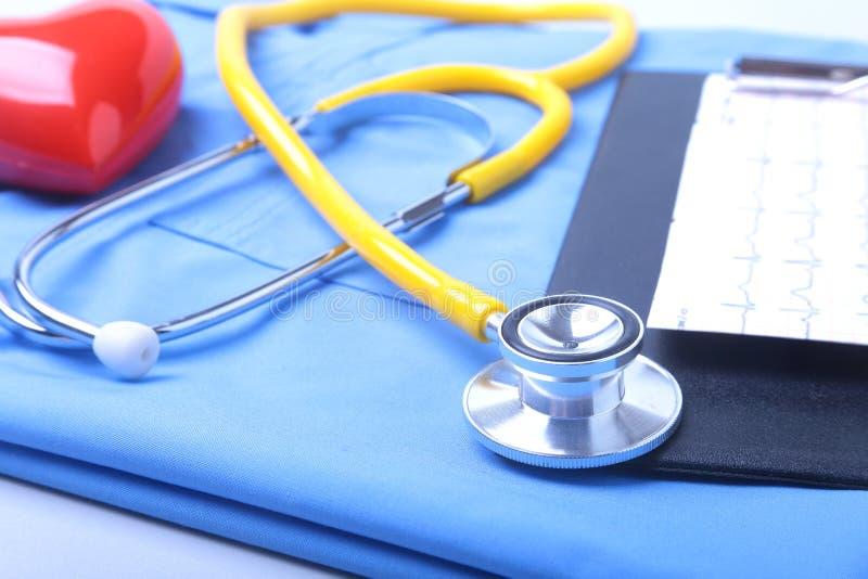 Medyczny stetoskop, cierpliwa medycznej historii lista, RX recepta, czerwony serce i błękit lekarka, mundurujemy zbliżenie medycz zdjęcia stock
