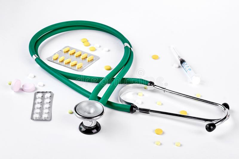 Medyczny stetoskop, strzykawka, pigułki fotografia stock