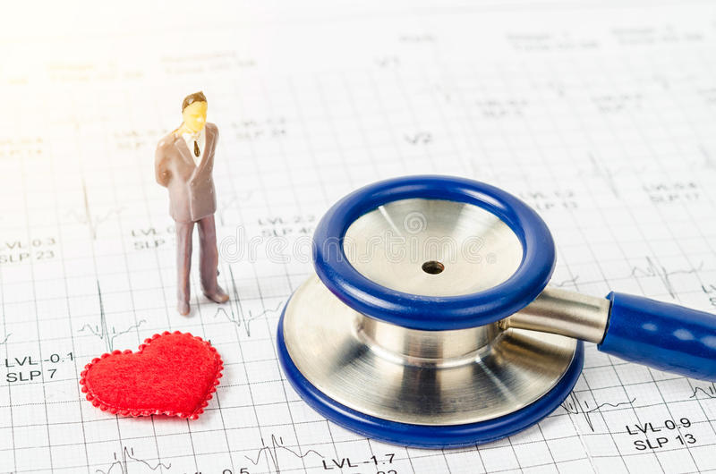 Medyczny stetoskopu i miniatury biznesmen z czerwonym sercem fotografia stock