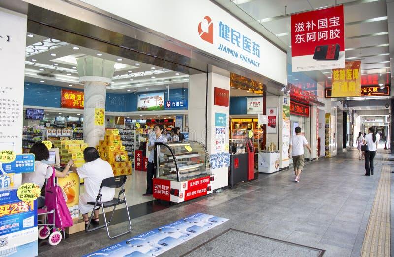 Medyczny stoiskowy apteka sklep sprzedaje wiele rodzaje medycyna zdjęcie stock